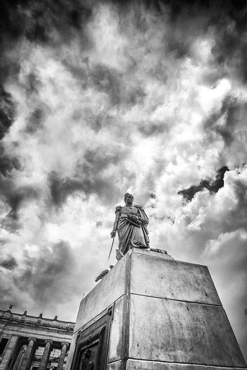 Estatua de Simón Bolívar en la Plaza de Bolivar en Bogotá