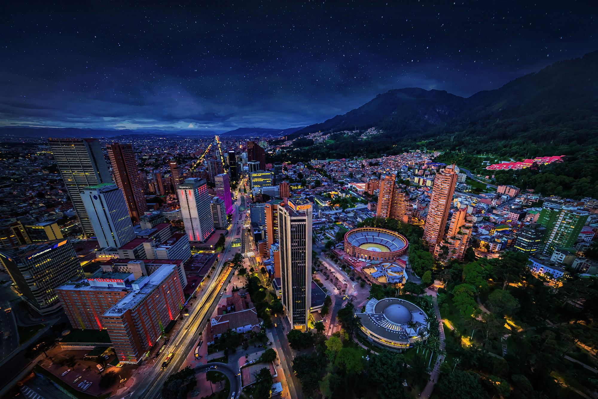 Panorámica de Bogotá nocturna con estrellas